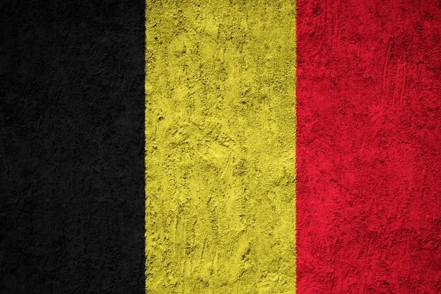 グランジのコンクリートの壁にベルギーの国旗