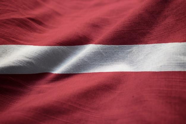 クローズアップラトビアの旗、ラトビアの旗風に吹く