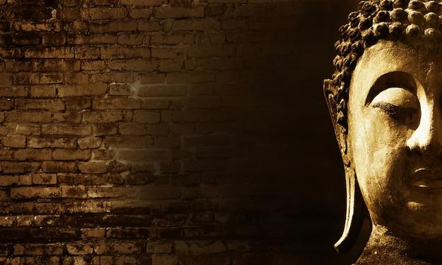 Древнее лицо будды на фоне старой кирпичной стены, аюттхая, таиланд