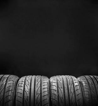 黒の背景に分離された車のタイヤ