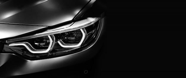 Деталь на одной из светодиодных фар современного автомобиля на черном фоне