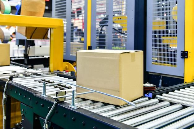 物流倉庫のコンベアベルトの段ボール箱