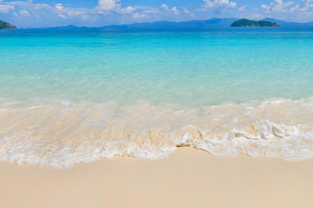 タイの晴れた日に美しい島の熱帯の楽園ビーチ
