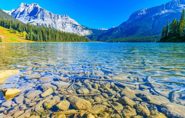 カナダのヨホ国立公園のエメラルド湖