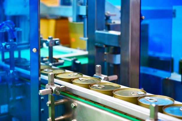 Консервы на конвейерной ленте в распределительном складе. концепция транспортной системы.
