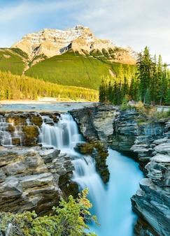 Водопад атабаска осенью, национальный парк джаспер, альберта, канада