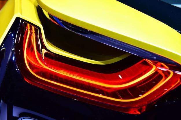 ハイブリッドスポーツカーの新しいテールライト。