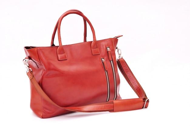 白で隔離される茶色の女性バッグ