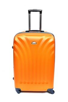 白で隔離されるオレンジ色のスーツケース