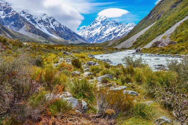ニュージーランド、アオラキマウントクック国立公園からのフッカーバレーの岩と砂利の間の氷河
