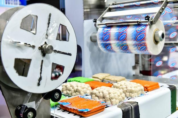 工場のコンベヤーベルト装置機械、工業用食品生産の自動豆食品生産ライン。