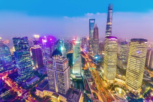 Птичьего полета города шанхая в сумерках в китае