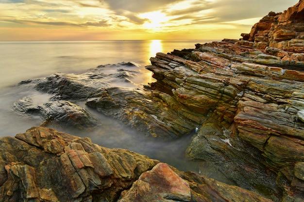 レムヤ、ムコサメット国立公園、ラヨーン、タイで日没時に美しい海の風景