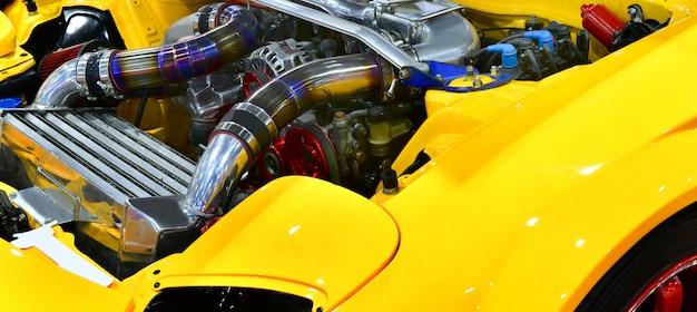 車のエンジンのカラフルな詳細を閉じます。ターボエンジンの改造