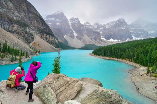 Красивые бирюзовые воды моренного озера в национальном парке банф, альберта, канада