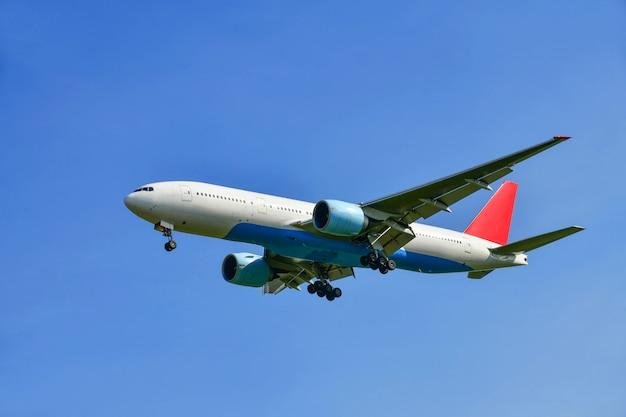 美しい空を飛んでいる旅客機