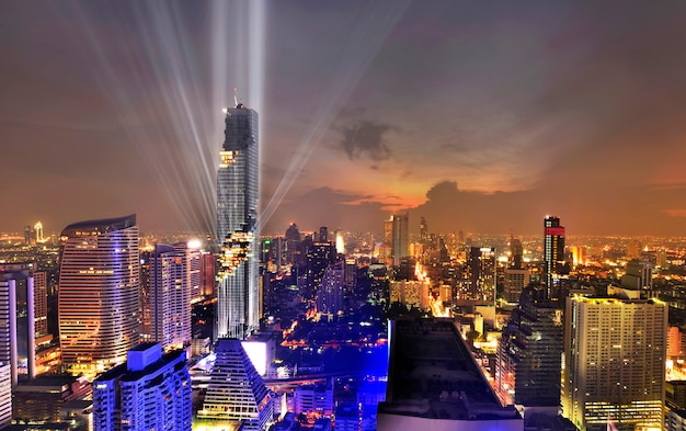 Красивый светлый деловой район с офисным зданием во время сумерек в бангкоке, тайлад