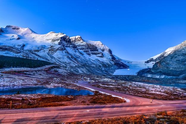 コロンビアアイスフィールドパークウェイ、ジャスパー国立公園、カナダでアサバスカ氷河の風景を見る