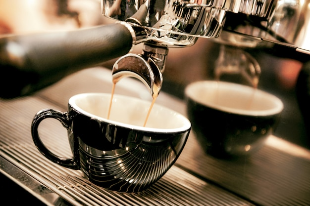 エスプレッソコーヒーショップでコーヒーマシンから撮影