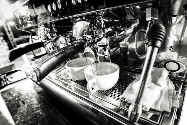 コーヒーショップで働いているバリスタ