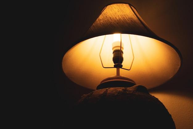 暗い背景と夜のリビングルームのランプ