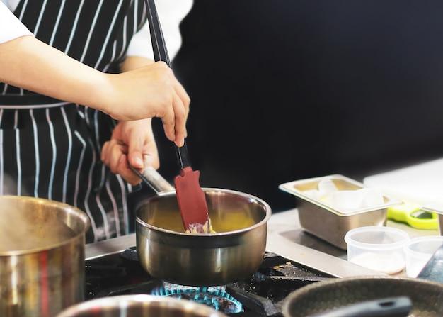 シェフの料理、食事、台所での調理、シェフの調理、シェフの飾り皿