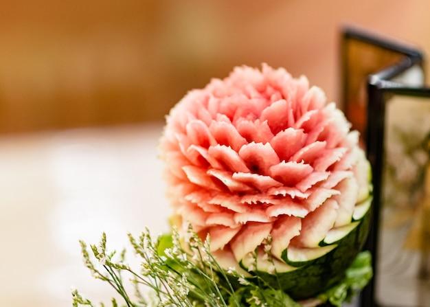 果物や野菜の彫刻、ディスプレイのタイの果物の彫刻の装飾