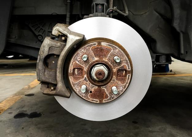 車両のディスクブレーキ、タイヤなしのさびたブレーキドラム