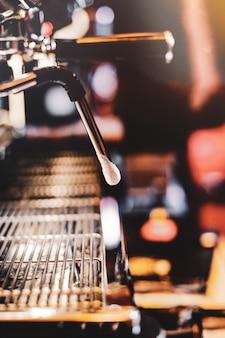コーヒーを醸造するエスプレッソマシン。コーヒーショップからグラスに注ぐコーヒー、コーヒーマシンから注ぐエスプレッソ