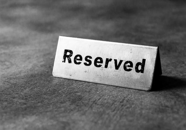 レストランの予約済みテーブルサイン