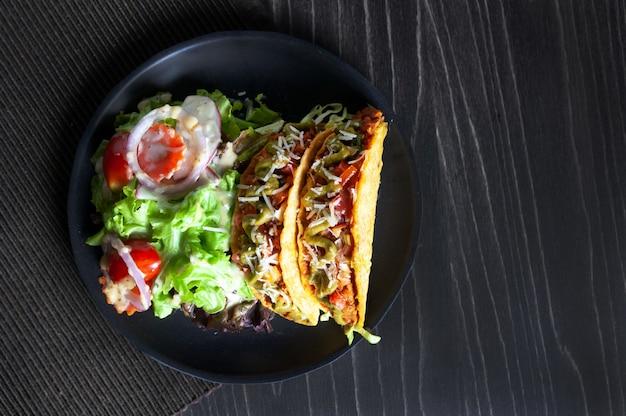 牛ひき肉のタコスとサラダ