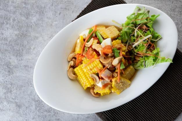 おいしいコーンスパイシーサラダ、パパイヤサラダ、タイ風料理
