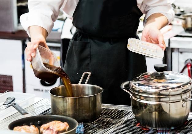 シェフの料理、キッチンで料理を準備するシェフ、シェフの飾り皿、クローズアップ