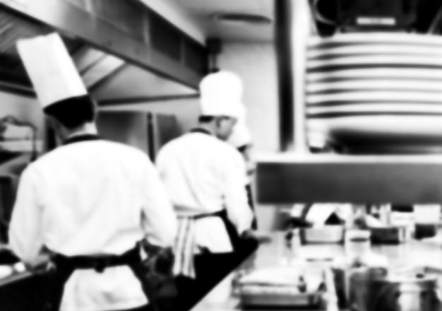 レストランのキッチンのモーションシェフ、シェフモーションは料理を白黒にします