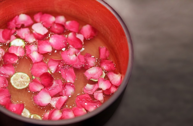 Красивые розовые розы в ведре