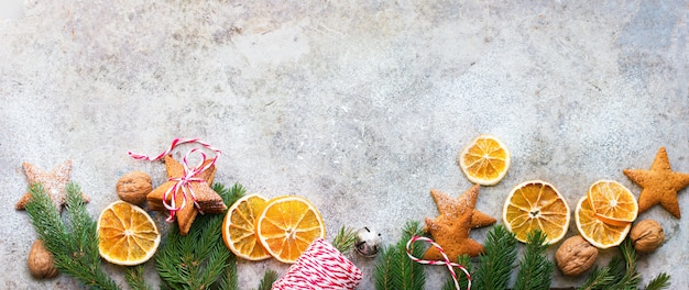 自家製の乾燥したオレンジを焼いたジンジャーブレッドクッキー