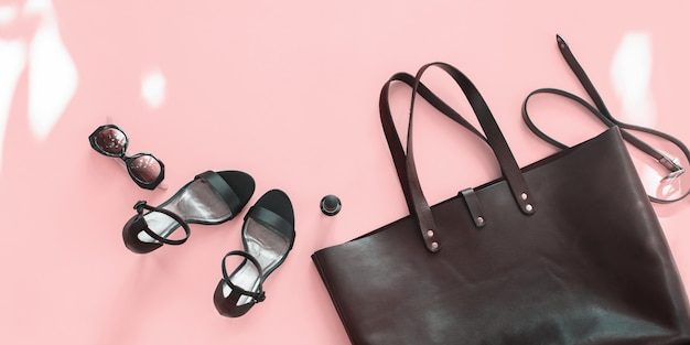 女性のアクセサリー夏セットの靴のバッグのコピースペース