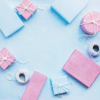 誕生日プレゼント。コード付きお祭りピンクの青い箱