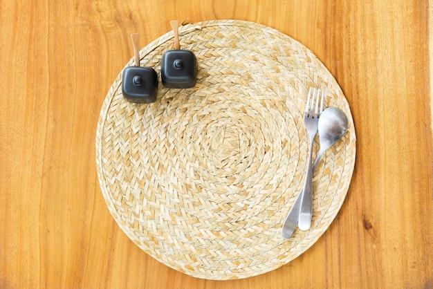 Сервировка стола соломенная салфетка, вилка, ложка