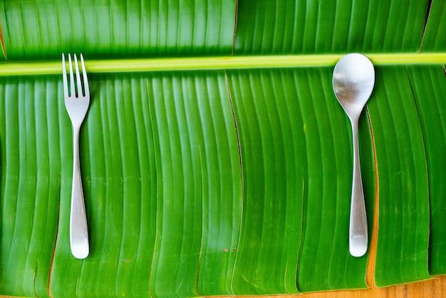 背景タイ料理は、テーブルの設定を提供