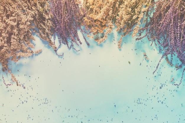 Пучок сухой травы шалфея крапивы тысячелистника мяты разной
