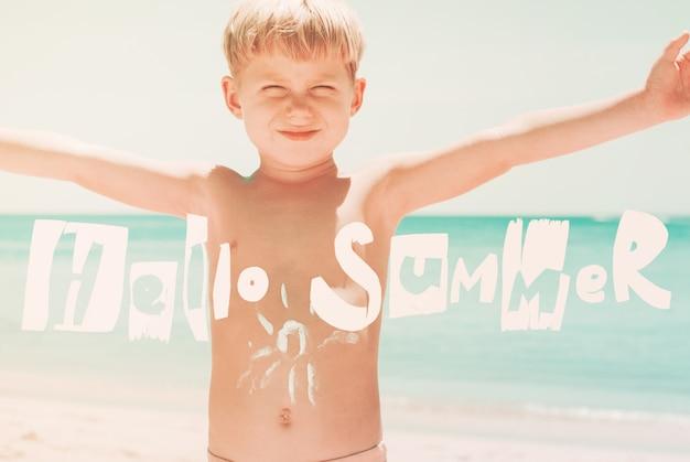 Мальчик поднимает летний живот