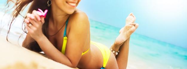 ビーチでバナーゴージャスな日焼け止め女性の身体