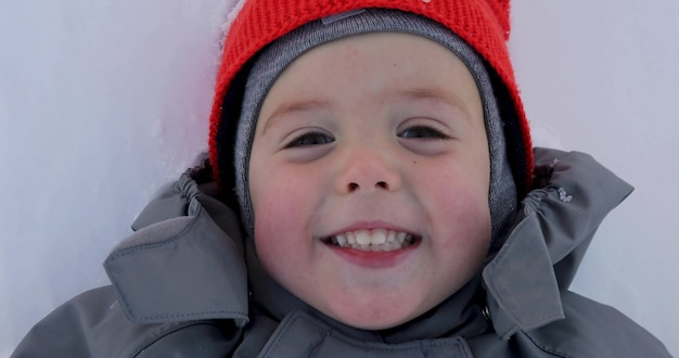 冬の少年の肖像画をクローズアップ