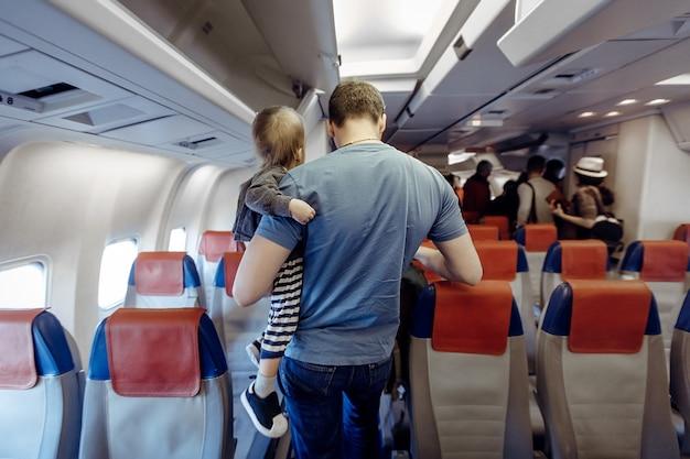 飛行機の中で子供を持つ父