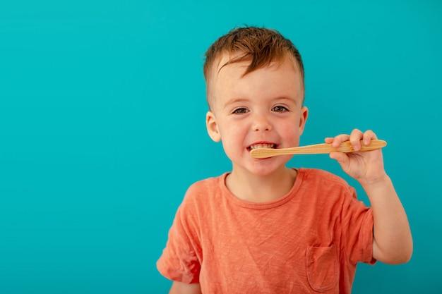 小さな男の子は彼の歯を磨いています