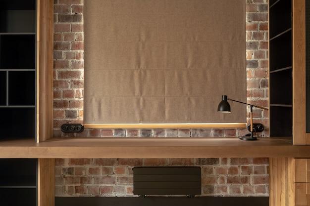 モダンな木製のコンクリートの窓の机