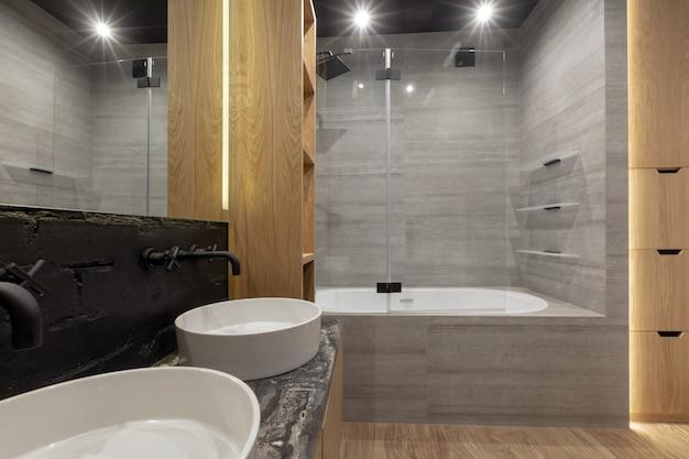 Интерьер ярко освещенной ванной комнаты