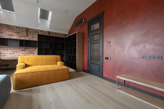 フラットのリビングルームの居心地の良いモダンなインテリアデザイン