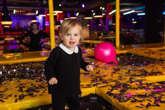 パーティー中にマットで遊ぶかわいい女の子
